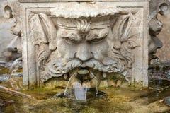 Marmorbrunnen in Form des Kopfes eines Mannes Lizenzfreies Stockbild