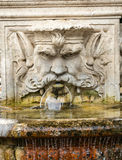 Marmorbrunnen in Form des Kopfes eines Mannes in den Gärten des Landhauses Borghese, Rom Stockfotografie