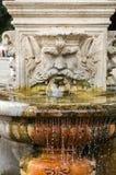 Marmorbrunnen in Form des Kopfes eines Mannes in den Gärten des Landhauses Borghese, Rom Lizenzfreies Stockfoto