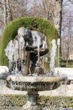 Marmorbrunnen mit dem Steinjungen, der seinen Fuß aufpasst Stockfotos