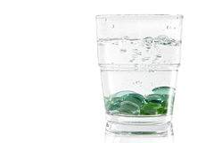 Marmore in einem Glas Wasser stockfotos