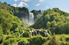 Marmore spadki są spowodowany przez człowieka siklawą tworzącym antycznymi Romans lokalizować blisko Terni, Włochy fotografia royalty free