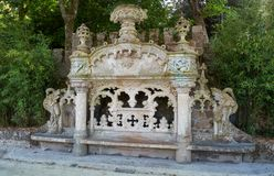 Marmorera bänken i trädgården av det Quinta da Regaleira godset Sintra portugal royaltyfri bild