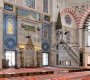 Marmorera blom- guld- utsmyckat minbar och nischen, den Suleymaniye moskén, Istanbul, Turkiet Arkivbild