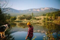 Marmorera border collie och den härliga flickan på sjön arkivbilder