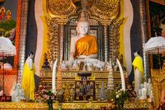 Marmorera Buddhastatyn på den Wang wiwekaramtemplet, Sangklaburi royaltyfria bilder