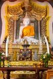 Marmorera Buddhastatyn på den Wang wiwekaramtemplet, Sangklaburi arkivfoton