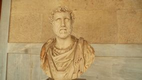 Marmorera bysten av Antoninus Pius på marknadsplatshistoriemuseet, utstående romersk kejsare stock video