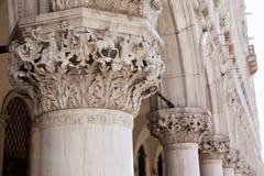 Marmorera dekoren och kolonner, Sts Mark fyrkant, Venedig, Italien Arkivfoton