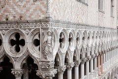 Marmorera dekoren och kolonner, Sts Mark fyrkant, Venedig, Italien Royaltyfria Foton