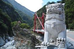 Marmorera den kinesiska lejonstatyn på den Taroko klyftan Taiwan Royaltyfri Bild