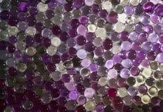 Marmorera den kristallklara bollen, den mångfärgade regnbågen blänker mousserar bakgrund Selektivt fokusera mångfärgat Arkivbilder