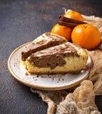 Marmorera kakan med choklad och apelsinen arkivbild