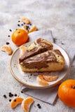 Marmorera kakan med choklad och apelsinen royaltyfria bilder
