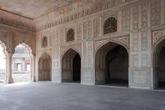 Marmorera korridoren av slotten som dekoreras med rikt snidit och lagt in Arkivfoton