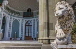 Marmorera lejonet på den Vorontsov slotten nära Alupka royaltyfri bild