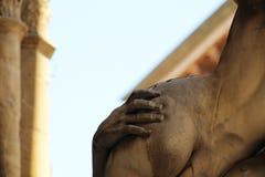 marmorera skulptur av den härliga unga kvinnan royaltyfria bilder