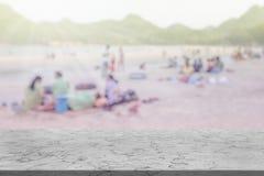 Marmorera tabellen med många personer på den oskarpa bakgrunden för stranden fotografering för bildbyråer