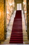 Marmorera trappan med en röd bana i en Monte Carlo kasino arkivbilder