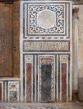 Marmorera väggen som dekoreras med geometriska och blom- modeller på Sultan al Ghuri Mausoleum, Kairo, Egypten arkivfoto