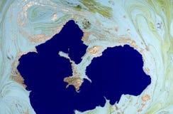 Marmorerad abstrakt bakgrund för gräsplan och för blått med guld- paljetter Vätskemarmorfärgpulvermodell Royaltyfri Fotografi