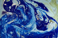 Marmorerad abstrakt bakgrund för gräsplan och för blått med guld- paljetter Vätskemarmorfärgpulvermodell Arkivfoto