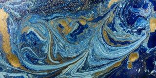 Marmorerade blått och guld- abstrakt bakgrund Vätskemarmormodell royaltyfria foton