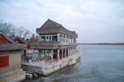 Marmorfartyget på den djupfrysta sjön Kunming på sommarslotten i Peking Kina Royaltyfria Bilder