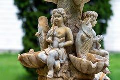 Marmorgartenwasserbrunnen mit Statuen von kleinen Jungen und von Fischen Der Palast und Park komplexe Landsitz Tarnowski, s Kacha Stockfotografie