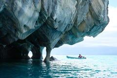 Marmorhöhlen über blauem Wasser mit Kanu, Chile stockfoto