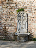 Marmorizzi la fontanella scolpita al parco di Gulhane, il distretto di Sultan Ahmet, Costantinopoli Fotografia Stock