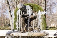 Marmorjunge, der in der Mitte des Brunnens sitzt Stockbild