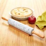 Marmorkavel på bambuyttersida med ingredienser för äppelpaj Royaltyfri Fotografi