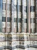 Marmorkolonner av domkyrkan av San Lorenzo, Genua, Italien royaltyfri bild
