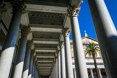 Marmorkolonner och utsmyckat tak av domkyrkan för St Paul's i Rome, Italien royaltyfri foto