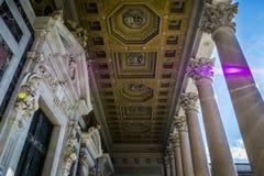 Marmorkolonner, statyer och utsmyckat tak av domkyrkan för St Paul's i Rome, Italien royaltyfri bild