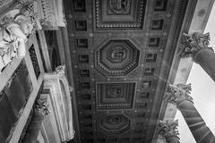 Marmorkolonner, statyer och utsmyckat tak av domkyrkan för St Paul's i Rome, Italien royaltyfria foton