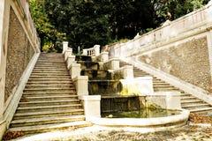 Marmormoment och springbrunn på botaniska trädgården (Orto Botanico), Trastevere, Rome, Italien royaltyfria bilder