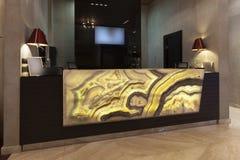 Marmormottagandeskrivbord i hotell Arkivbild