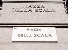 Marmorplatta av den Scala fyrkanten i Milan Arkivbild