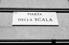 Marmorplatta av piazzadellaen Scala i Milan - svart och whi Royaltyfri Bild