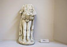 MarmorPriapos staty från Ephesus, huvudet och en handsaknad Arkivfoton