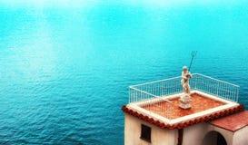 Marmorskulptur von Neptun vor dem hintergrund des Meeres Platz unter dem Text Lizenzfreies Stockfoto