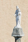 Marmorstatue der Heiligen Maria und Jesuss auf einer alten Spalte Lizenzfreie Stockfotos