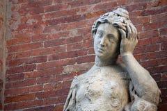 Marmorstatue mit Kopfschmerzen und der Backsteinmauer Lizenzfreie Stockbilder