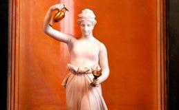 Marmorstatue und eine Schale Stockfotos