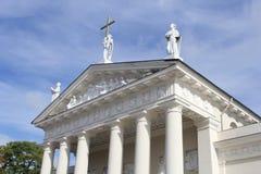 Marmorstatuen und Verzierungen auf dem Dach der Kathedralen-Basilika, Vilnius, Litauen Stockfotos