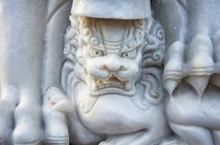 Marmorstaty av ett mytiskt lejon i asiatisk stil fotografering för bildbyråer