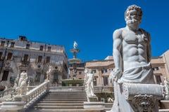 Marmorstatyer på trappuppgången, Palermo, Italien Royaltyfri Bild