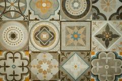 Marmortegelplattor med färgrika modeller och former royaltyfria foton